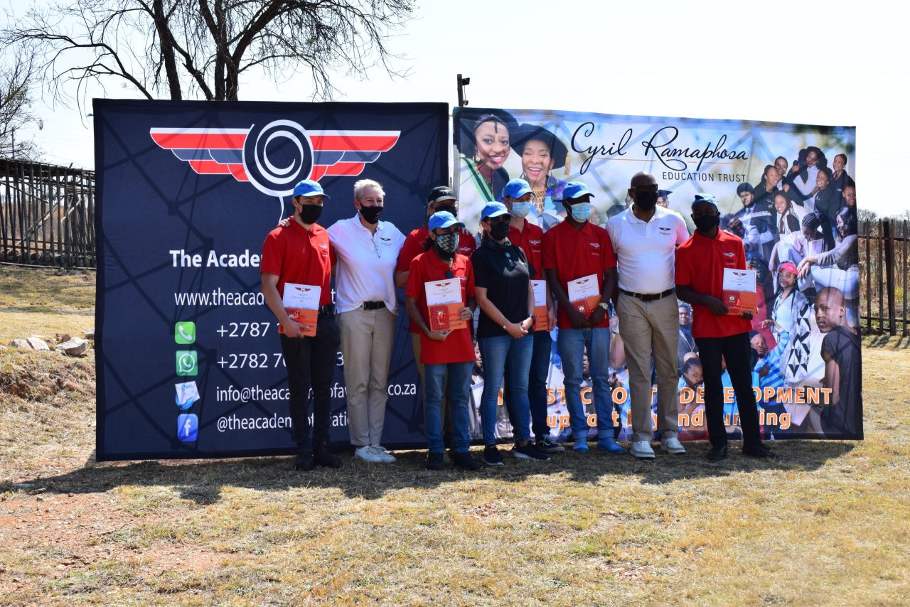 https://coreheli.com/wp-content/uploads/2021/09/CRET-Remote-Pilot-Licence-Graduates-with-representatives-from-The-Academy-of-Aviation-and-CRET-Executive-Director-Chantelle-Oosthuizen-scaled-1280x854.jpg